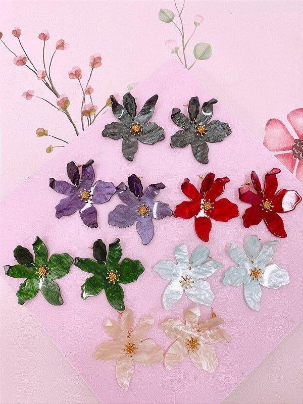 Brinco Flor de acrílico com detalhes dourado - off white,roxo,verde,grafite,vermelho ou bege