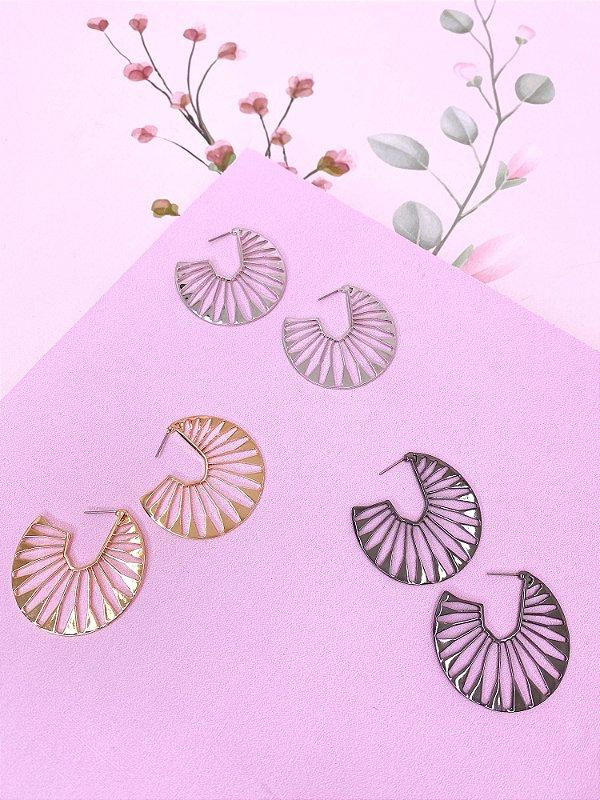 Brinco argola com detalhes vazado-prata,dourado ou ônix