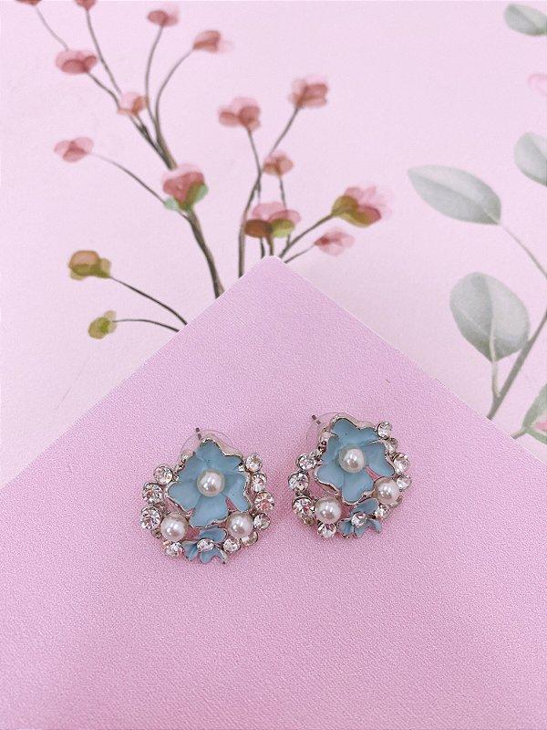 Brinco prata Flor azul claro com detalhes de pérolas e strass