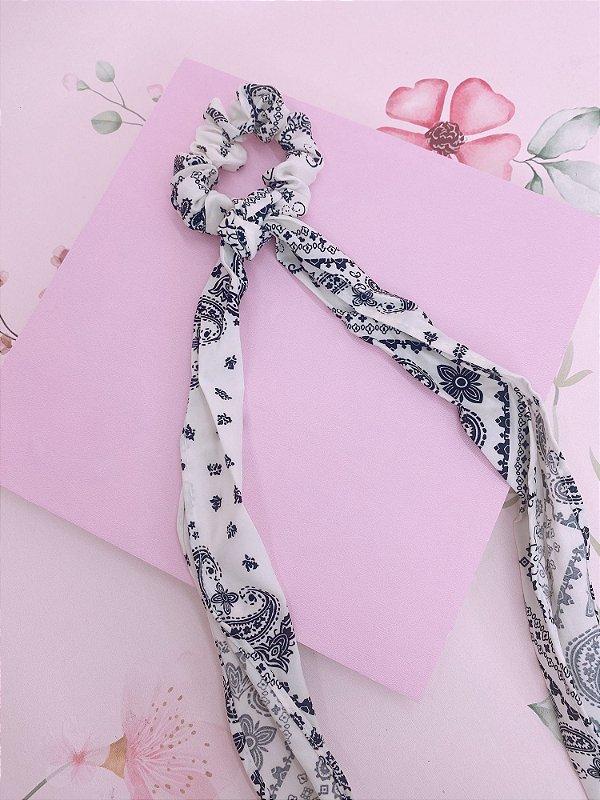 Scrunchie com lenço estampado de bandana branco com preto