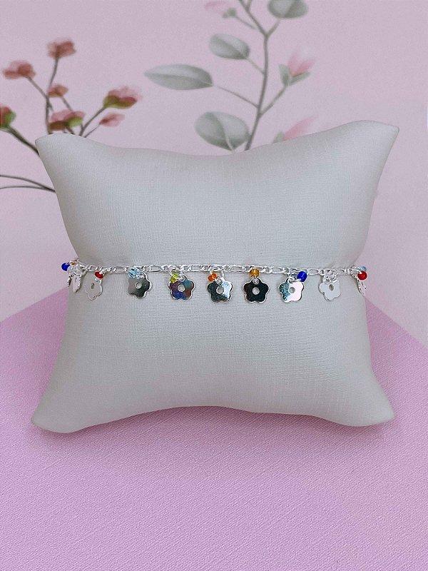 Pulseira prata com flozinhas e mini miçangas coloridas.