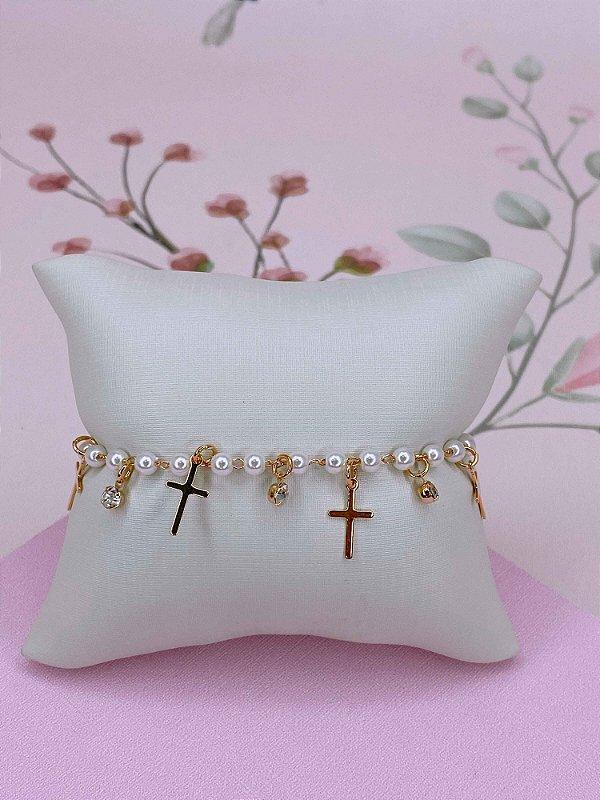 Pulseira dourada com mini pérolas e pingentes de cruz e pedrinhas.