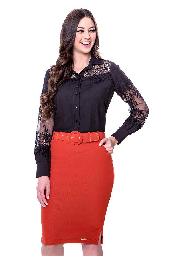 Camisa de viscose cor preto com renda vazada como detalhe