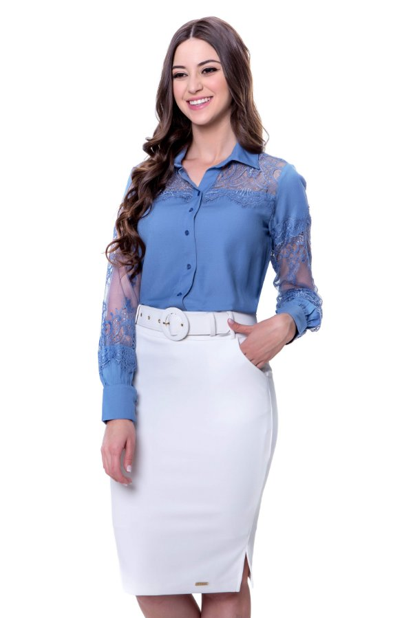Camisa de viscose cor azul com renda vazada como detalhe
