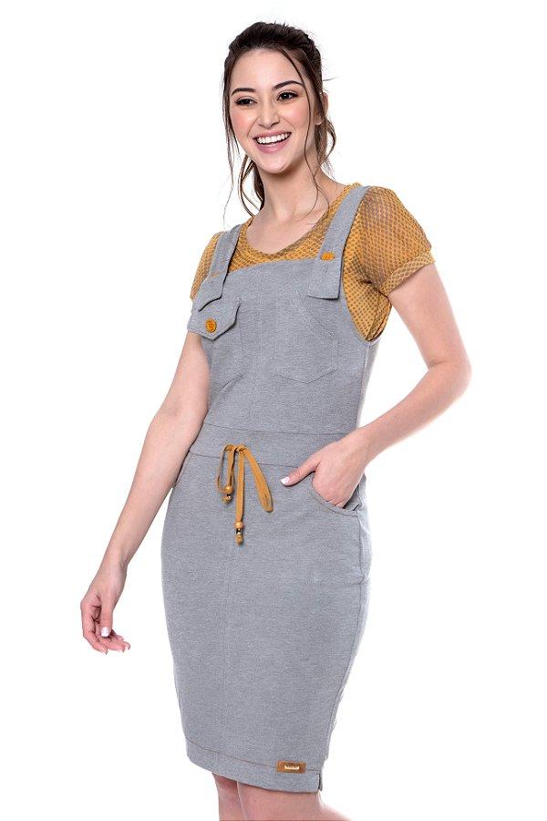 Salopete de moletinho com bolsos funcionais, botões e roletê coloridos acompanha blusa