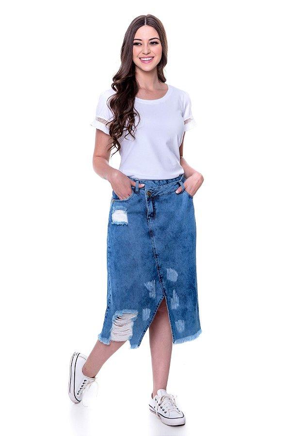 Saia jeans com vista e abotoamento deslocado,lavagem com puídos e desfiados.