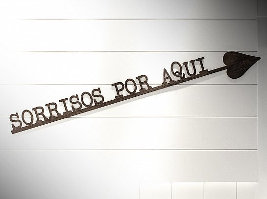 """FRASE DE FERRO """"SORRISOS POR AQUI"""""""