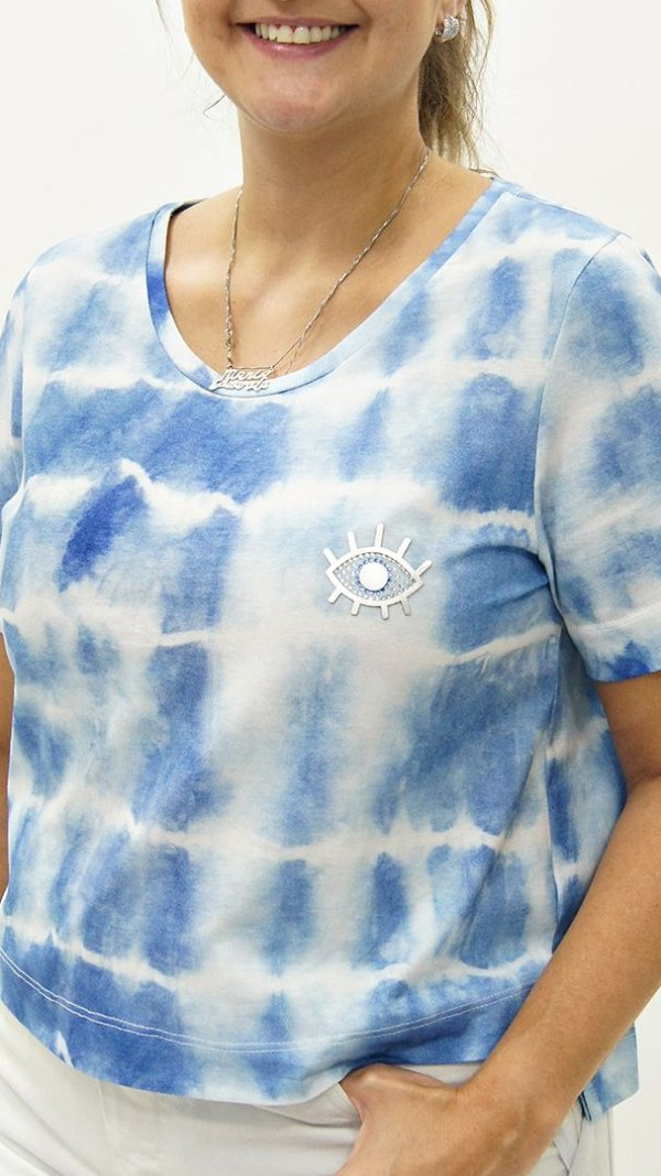 T-Shirt Cropped Meia Malha Azul Detalhe aplique Xô Mau Olhado