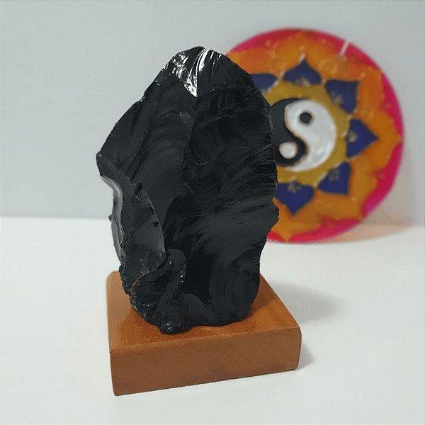 Obsidiana Polida em base de madeira - 492 Gramas 7cm x 11cm