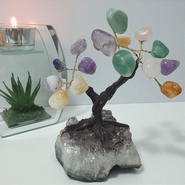 Árvore em pedras mistas (Ametista, Citrino, Quartzo Rosa, Quartzo Verde) com base em Drusa de Ametista - 496 gramas 10cm