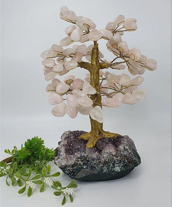 Árvore de Quartzo Rosa com Base em Drusa de Ametista e Tronco Dourado - 30cm | 2.8kg (Sensacional)