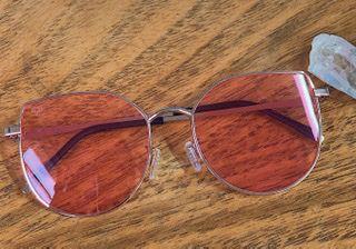Óculos dourado com lente rosa