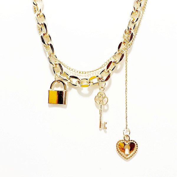 Colar Com Corrente Grossa Dourado Com 3 Pingentes - Cadeado E Chave