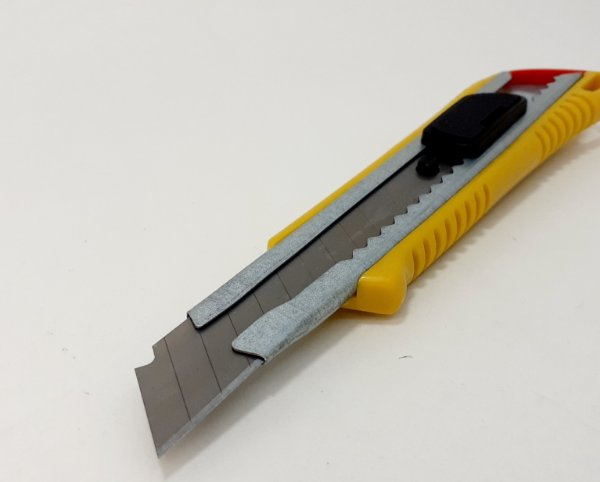Estilete De Metal Com Corpo De Plástico E Trava 18mm Com 1 Lâmina 0,5mm Amarelo - Clink