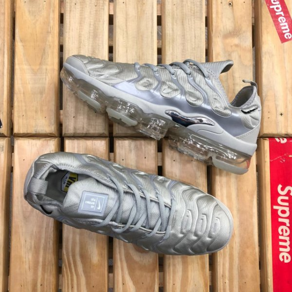 Tênis Nike Air VaporMax Plus - Cinza