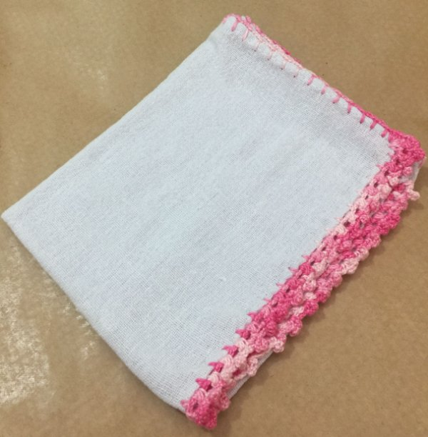 Pano Prato Branco (63x44) Barra Crochê Rosa unid