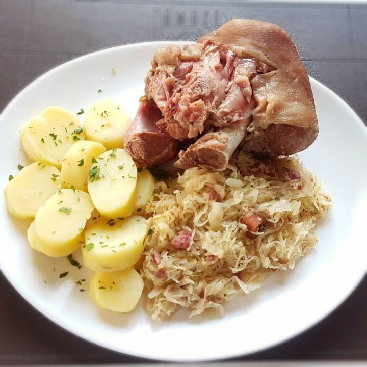 Eisbein (joelho de porco) cozido, servido com chucurte e batata cozida