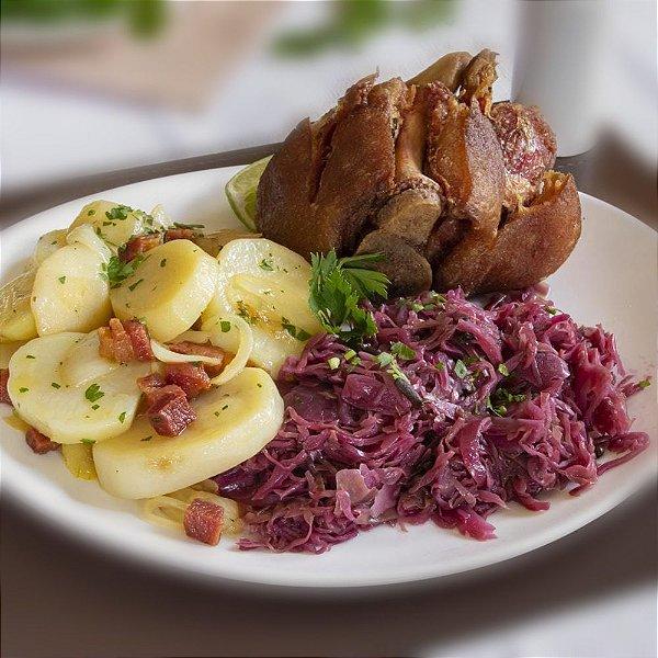 Eisbein (joelho de porco) frito, servido com repolho roxo e batata sauté