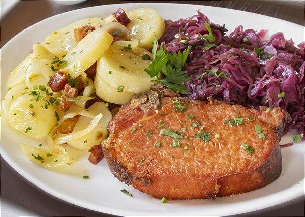 Kassler (carré de porco) frito, servido com repolho roxo e batata sauté