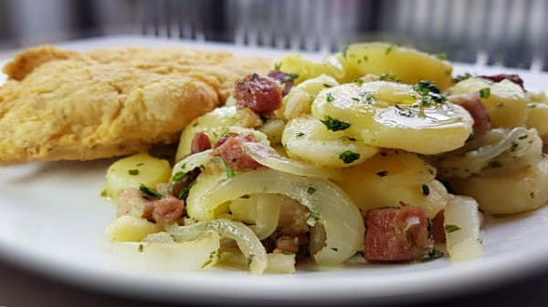 Wiener Schnitzel - filé de lombo a milanesa servido com batata sauté