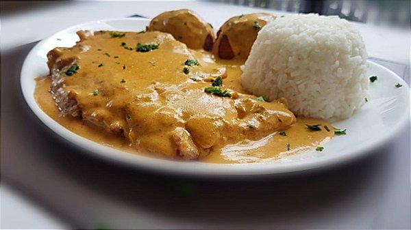 Páprica Schnitzel - filé de lombo a milanesa ao molho páprica, servido com arroz branco e bolinho de batata