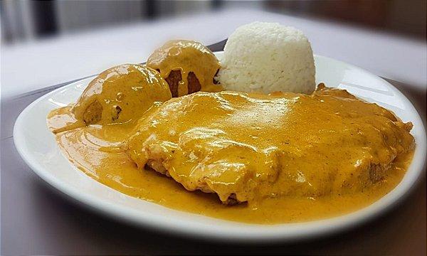 Páprica Schnitzel - filé de frango a milanesa ao molho páprica, servido com arroz branco e bolinho de batata