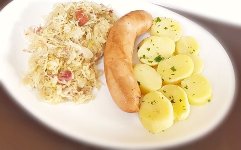 Salsichão Cozido servido com chucrute e batata cozida