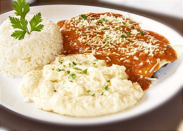 Filé de frango a parmegiana, servido com arroz branco e purê de batata