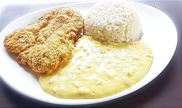 Filé de frango a milanesa, servido com arroz branco e creme de milho doce