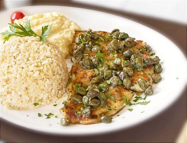 Filé de peixe grelhado ao molho de alcaparras, servido com arroz integral e purê de batata