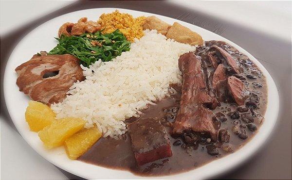 Somente quartas e sábados no almoço - Feijão preto, costelinha, carne seca, paio, calabresa, couve refogada, lombo grelhado, laranja fatiada, arroz branco, torresmo, banana e farofa.