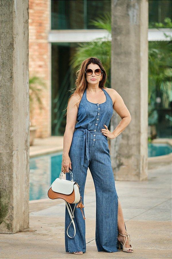 Macacão jeans frente única com cinto e fendas nas laterais