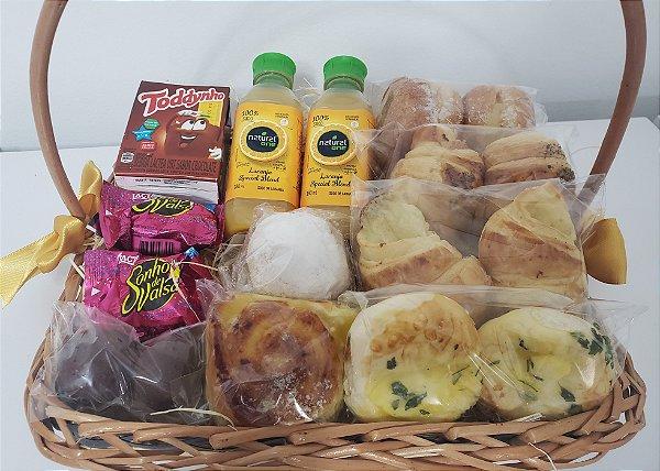 Cesta Café da Manhã com Pães, Chocolate e Sucos