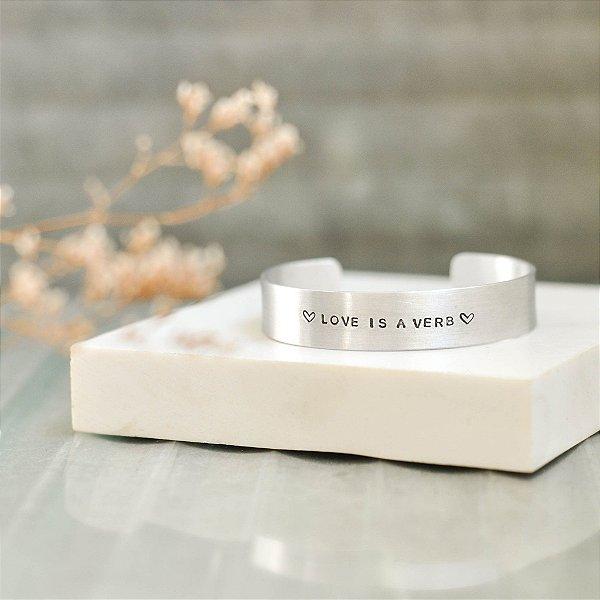 Bracelete M Alumínio - Love is a verb