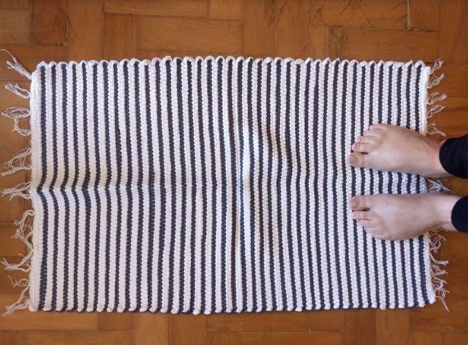 Tapetinho em malha listrada cinza e branco