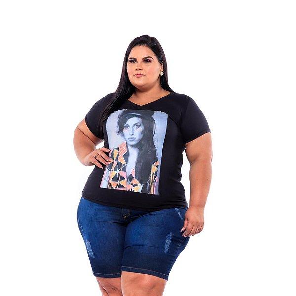 T-shirt Feminina Estampada Amy Cabelo solto Preta Plus Size