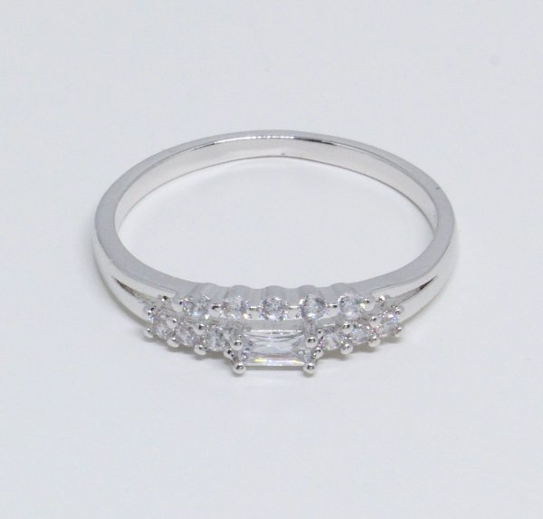 Anel de zircônias cristais redondas e quadrada