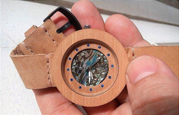Relógio de Madeira Jenipapo,  Abalone e Safira