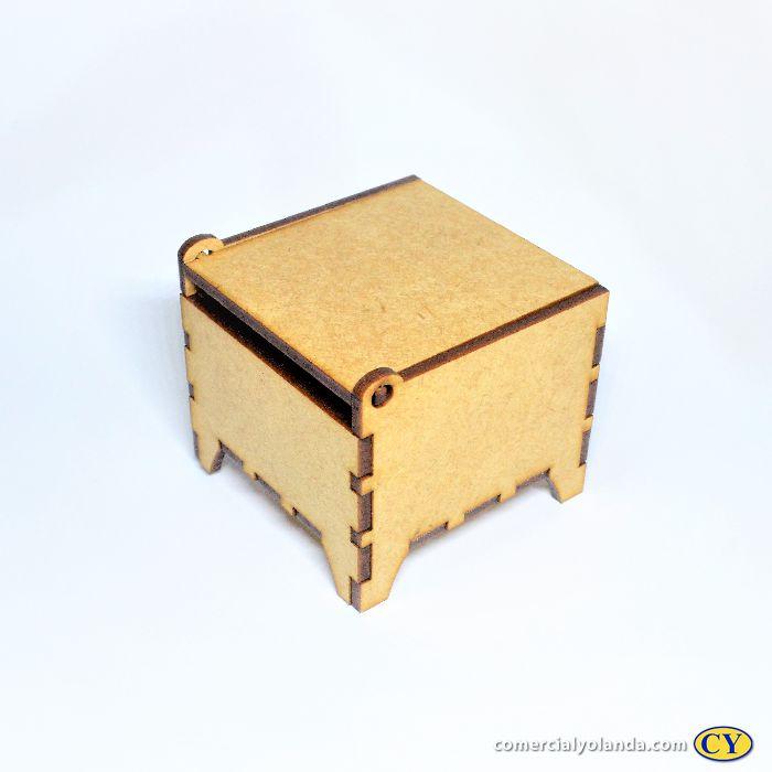 Caixa em MDF vazada com tampa 6,5 x 6,5 x 4,5 cm - A dúzia - Cód.:3794