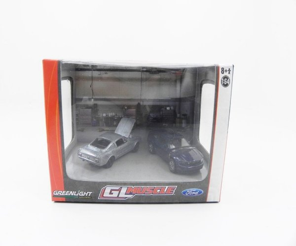 DIORAMA GL MUSCLE 2010 FORD MUSTANG GT E 1966 FORD MUSTANG 1/64 GREENLIGHT 56050