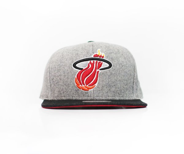 "MITCHELL & NESS - Boné Miami Heart ""Grey"""