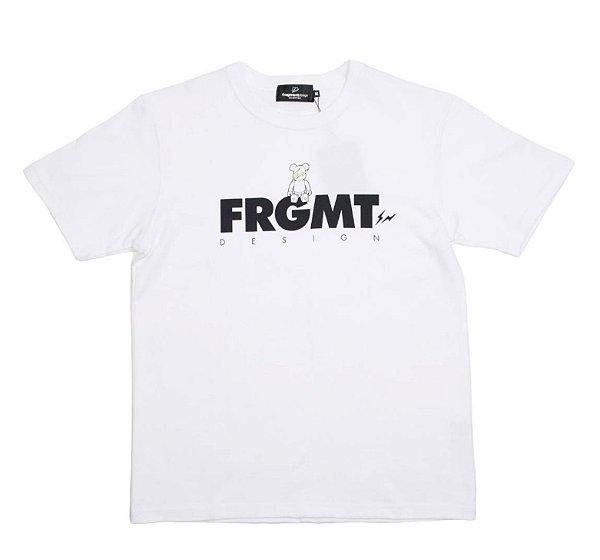 "MEDICOM x FRAGMENT DESIGN - Camiseta Be@rtee FRGMT Logo 2019 ""Branco"" -NOVO-"