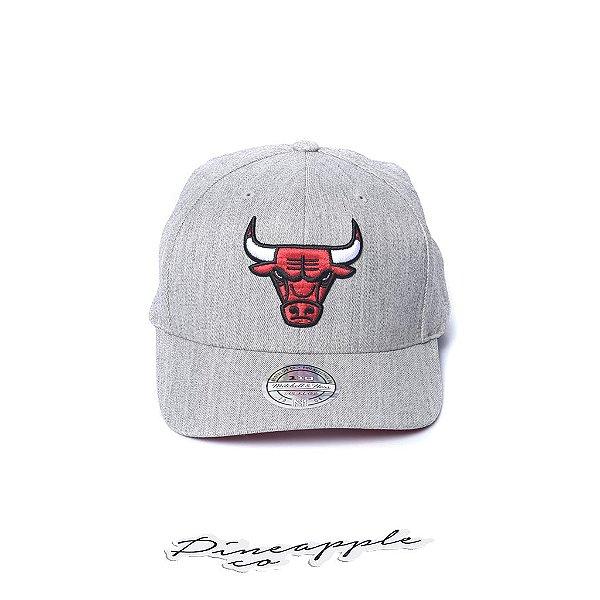 """MITCHELL & NESS - Boné Chicago Bulls NBA Team """"Cinza/Vermelho"""" -NOVO-"""