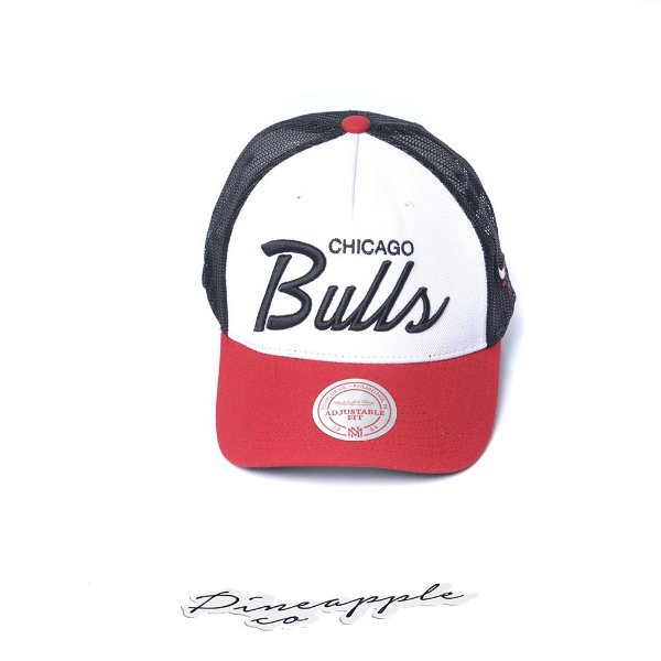 "MITCHELL & NESS - Boné Sport Script Trucker NBA Chicago Bulls ""Preto/Vermelho/Branco"" -NOVO-"