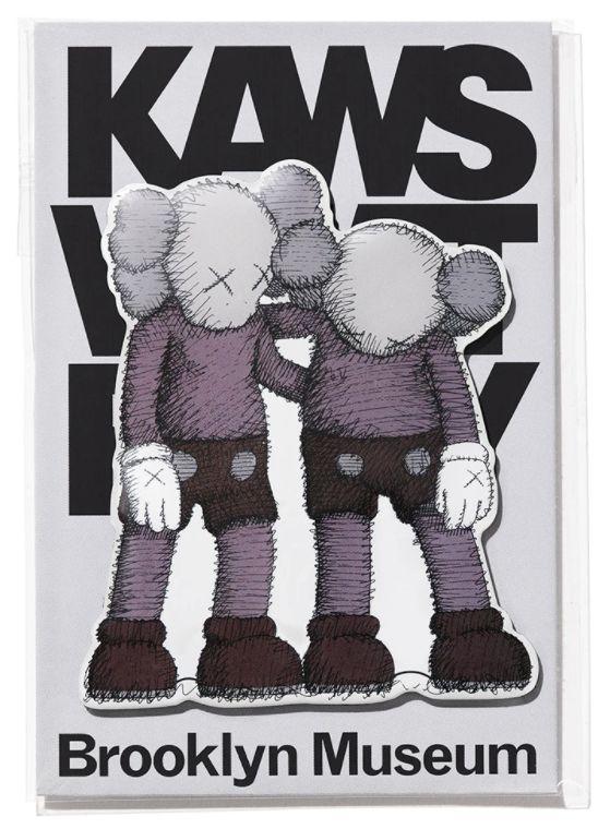 "KAWS x Brooklyn Museum - Ímã ALONG THE WAY ""Cinza"" -NOVO-"