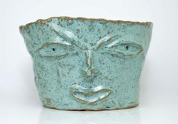 Vaso feito de barro esculpido por Silvana Tinelli.
