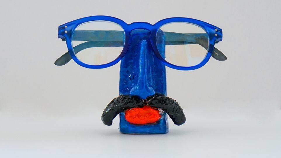 Suporte para óculos de terracota Azul com bigode - Walter Cabral