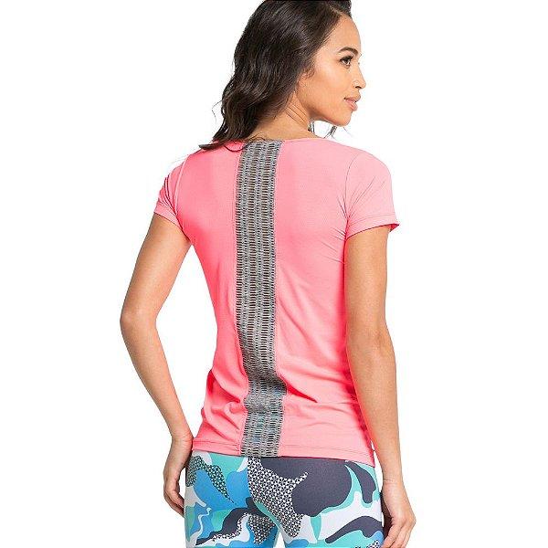 Camiseta com faixa em tela nas costas