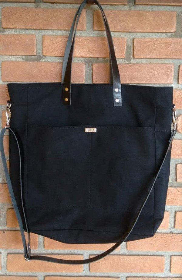 Bolsa preta de tecido com alças de couro