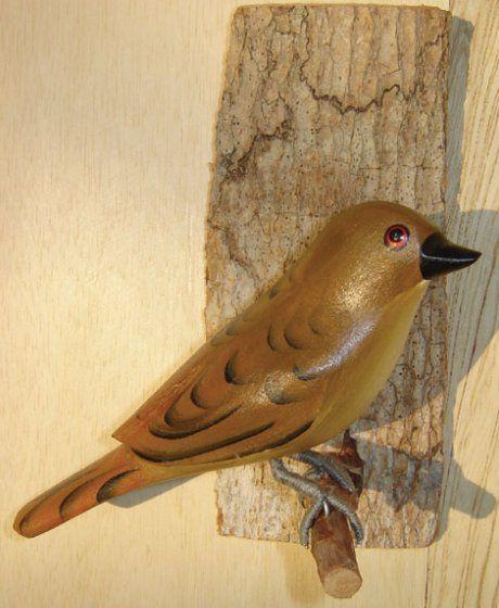 João de Barro - Pássaro esculpido em madeira apoiado em um puleiro de casca de árvore
